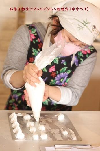 1ショートケーキ1日単発講座で個人指導を受ける生徒さんが絞り袋で絞りの練習